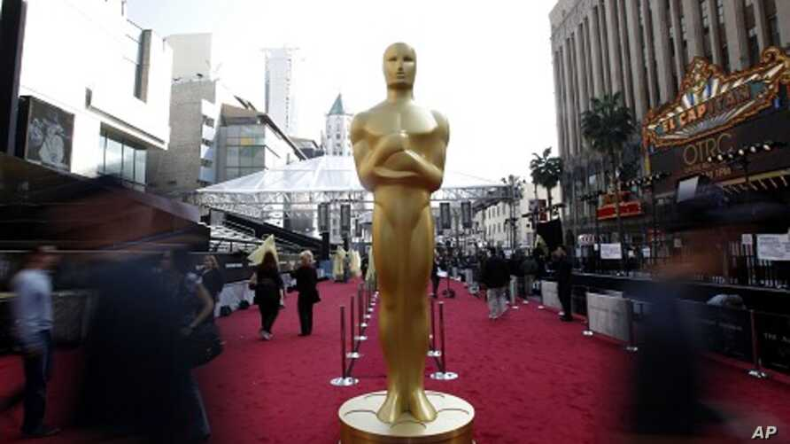 An Oscar statue is pictured on the red carpet arrival area during preparations for the 84th Academy Awards in Hollywood, California February 25, 2012.