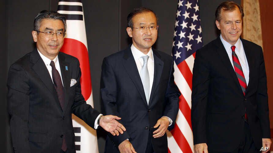 South Korea's chief nuclear envoy Lim Sung-nam, center, his Japanese counterpart Shinsuke Sugiyama, left, and U.S. envoy on North Korea Glyn Davies pose before their three-way talks at the Foreign Ministry in Seoul, South Korea, May 21, 2012.