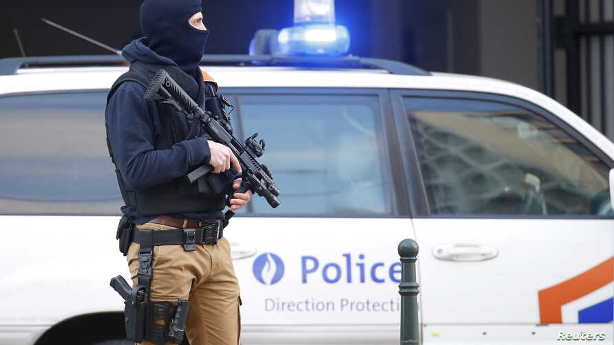 A Belgian special forces police officer stands guard outside a courthouse as Paris attacks suspect Salah Abdelslam remains in police custody, in Brussels, Belgium, April 7, 2016.