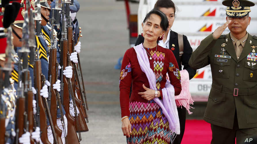 Myanmar leader Aung San Suu Kyi arrives at Clark International Airport, north of Manila, Philippines to attend the 31st ASEAN Summit and Related Summits in Manila, Nov. 11, 2017.