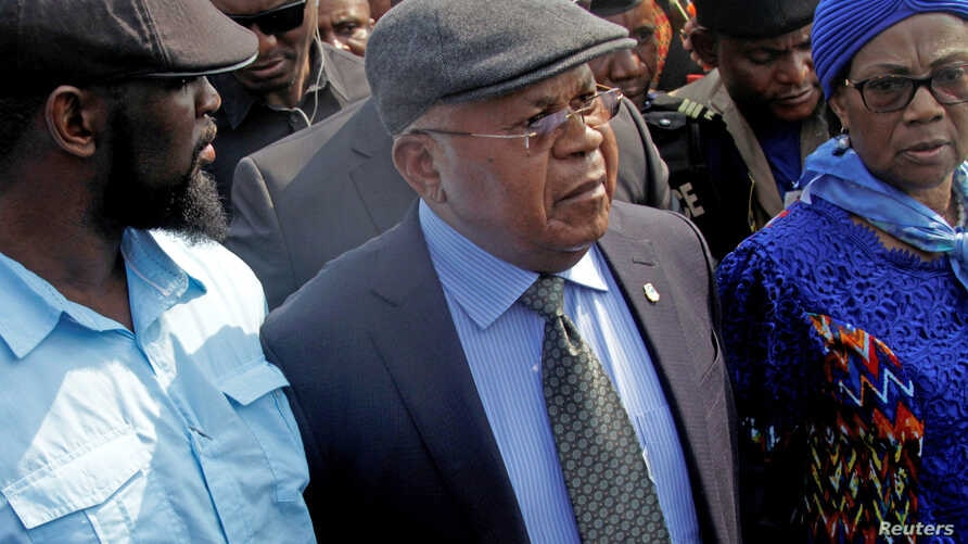 Congolese opposition leader Etienne Tshisekedi (C) is escorted upon arriving at the airport in the Democratic Republic of Congo's capital Kinshasa, July 27, 2016, after nearly two-year stay overseas for medical treatment.
