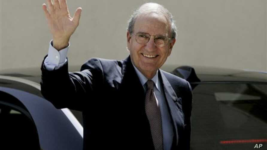 Special Envoy for Middle East Peace George Mitchell, waves to the media before a meeting with Palestinian President Mahmoud Abbas, in the West Bank city of Ramallah, 30 Sept 2010