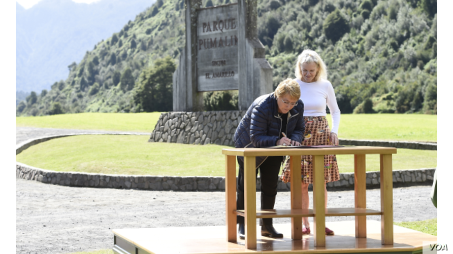 Chilean President Michelle Bachelet and Kristine McDivitt Tompkins sign an agreement on the donation of 1 million acres for new national parks, on the edge of South America's famed Pumalín Park, March 15, 2107. (Chilean Government photo)