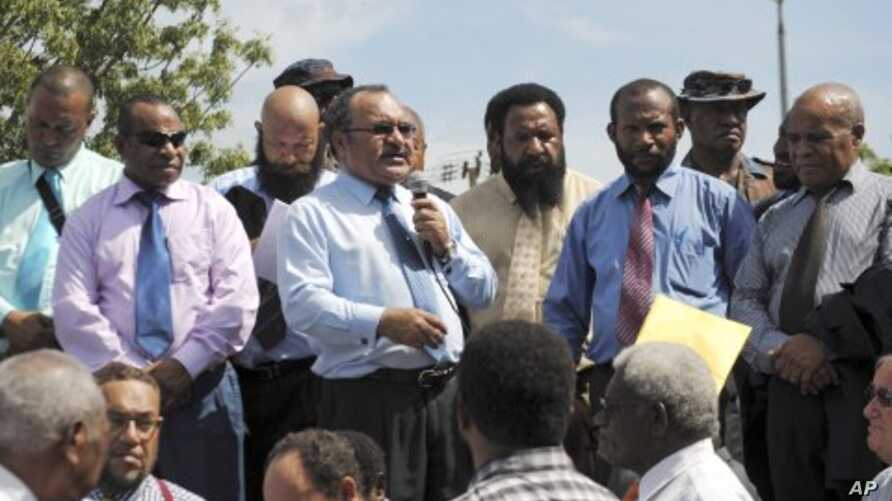 Peter O'Neill, center, addresses supporters in Port Moresby, Papua New Guinea, December 15, 2011.