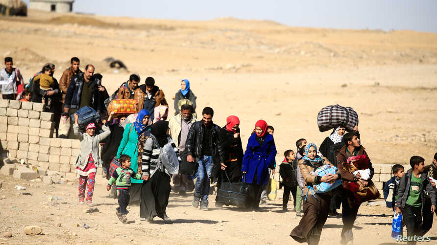 Displaced people flee Islamic State militants in Mosul, Iraq, Nov. 22, 2016. With thousands of civilians believed to be trapped inside Mosul, many observers fear that a retreating IS will turn to chemical weapons while little has been done to prepare