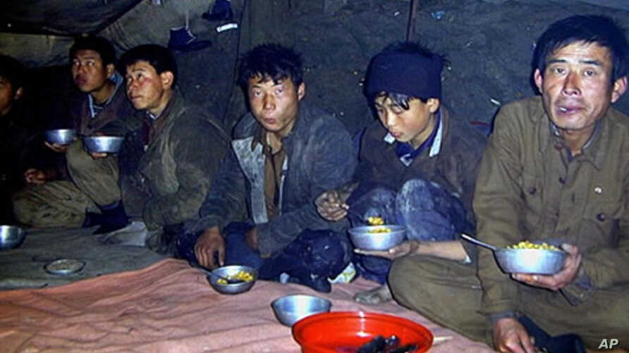 Handout photo shows North Korean laborers eating a lunch of boiled maize in Sukchon county, South Pyongan province (File 2003)