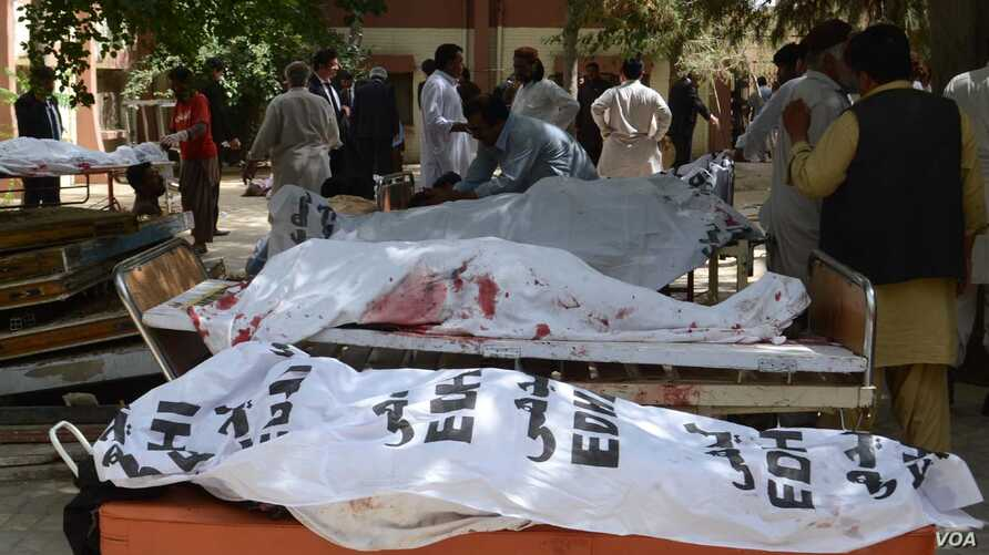 Victims of suicide bombing targeting a hospital in Quetta, Pakistan lie on stretchers, August 8, 2016. (Photo: H. Samsor for VOA)
