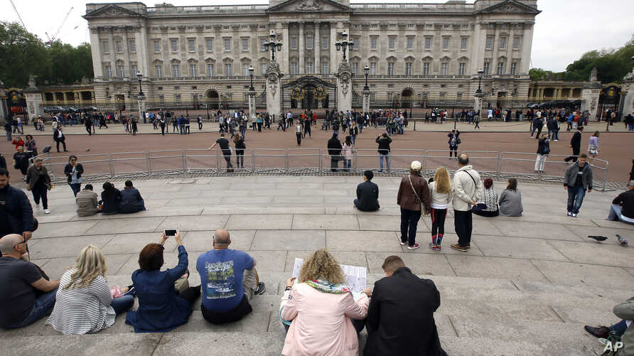 Tourists gather around Buckingham Palace in London, May 19, 2016. British police say they have arrested a man who scaled a wall and got into the grounds of Buckingham Palace.