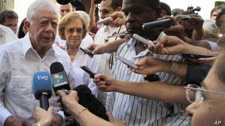 Former President Jimmy Carter (l) speaks with journalists, after visiting the Belen convent in Old Havana, Cuba, March 29, 2011