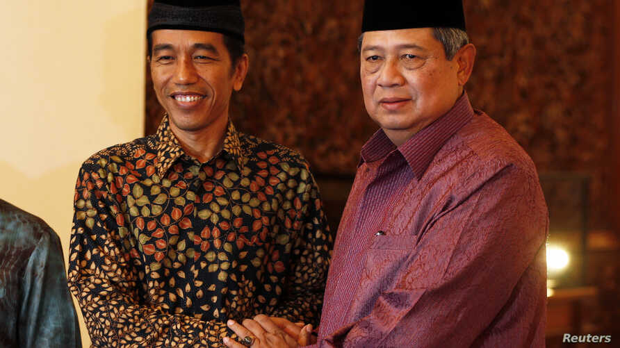"""Indonesian President Susilo Bambang Yudhoyono shakes hand with presidential candidate Joko """"Jokowi"""" Widodo during a meeting at the presidential palace in Jakarta, July 20, 2014."""
