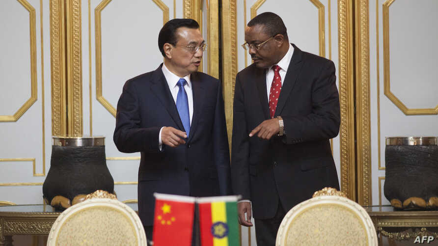 Prime Minister of the People's Republic of China Li Keqiang (L) and Ethiopia Prime Minister Hailemariam Desalegn attend a treaty signing ceremony at the Presidential Palace in Addis Ababa, May 4, 2014.