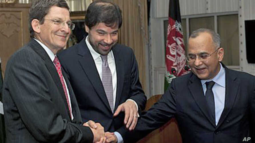 Pakistan's Foreign Secretary Salman Bashir, right, joins hands with Afghanistan Deputy Foreign Minister Jaweed Ludin, center, and US Special Representative for Afghanistan and Pakistan Marc Grossman prior their joint news conference at the Foreign Of
