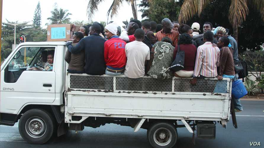 One of Maputo's many truck taxis packed full of commuters during the end of day rush hour, August 2012, (VOA/Jinty Jackson)