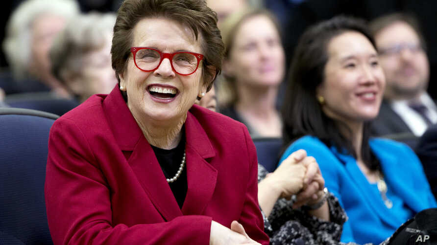 FILE - Tennis great Billie Jean King (l) laughs, reacting to President Barack Obama's remarks in the Eisenhower Executive Office Building on the White House complex in Washington, Jan. 29, 2016.