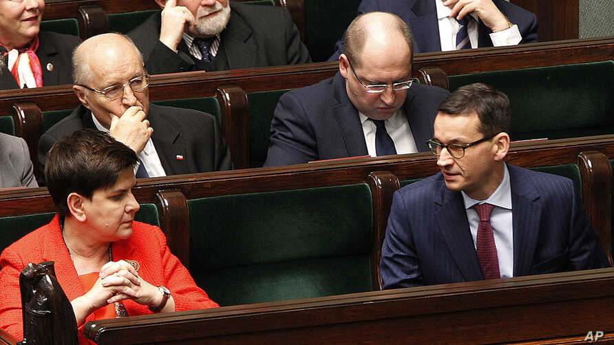 Poland's Prime Minister Beata Szydlo (L) and Finance Minister Mateusz Morawiecki (R) attend a parliament session in Warsaw, Poland. Dec. 5, 2017.