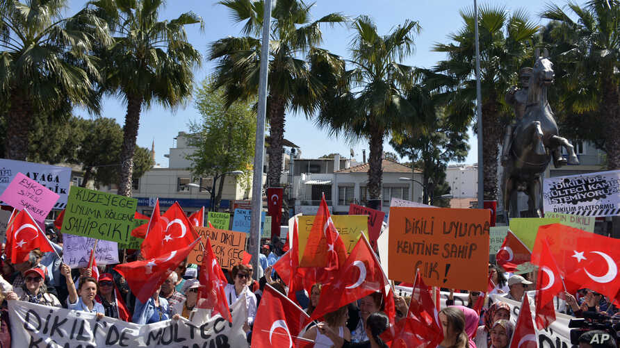 Residents wave national flags as they protest against plans to build a refugee camp under the new EU-Turkey deal in Aegean resort of Dikili, Izmir, Turkey, April 2, 2016.  Under the new deal refugees and migrants who arrived on Greek islands after Ma