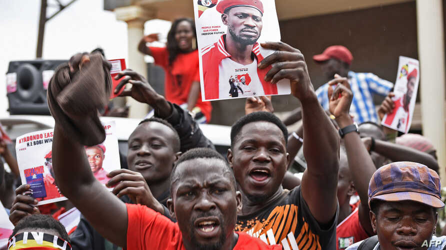 Supporters of detained Ugandan singer-turned-politician Robert Kyagulanyi, aka Bobi Wine, react outside Kyagulanyi's recording studios in Kampala's Kamwokya suburb, August 27, 2018, to news that the latter had been granted bail at the high court in t