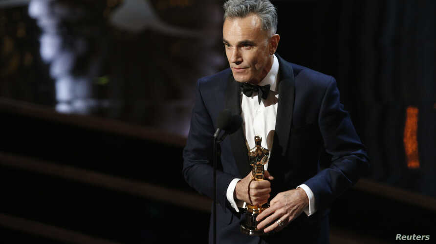 """Daniel Day Lewis accepts the Oscar for best actor for his role in """"Lincoln,"""" at the 85th Academy Awards in Hollywood, California, Feb. 24, 2013."""