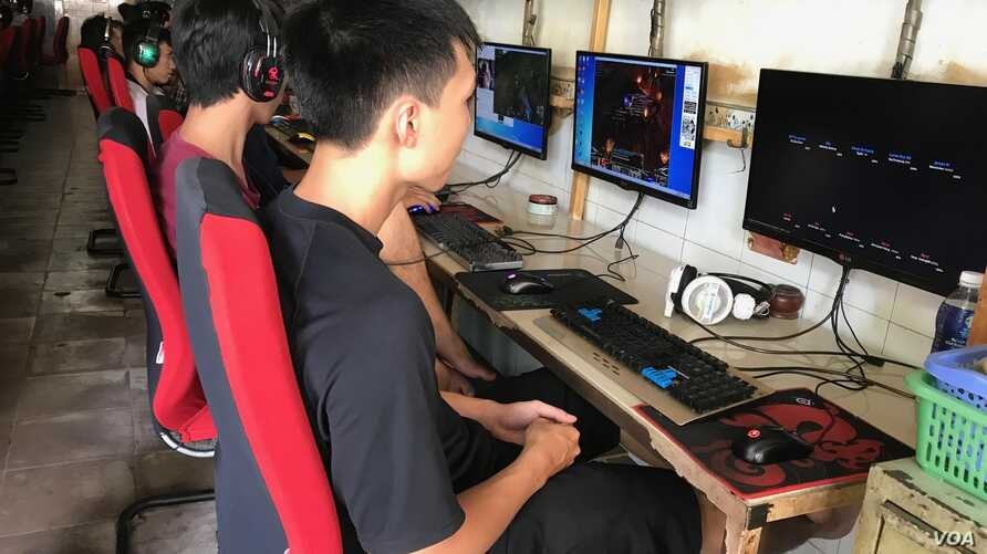 Cyber security awareness has not kept up with the popularity of internet cafes in Vietnam. (Photo: H. Nguyen / VOA)
