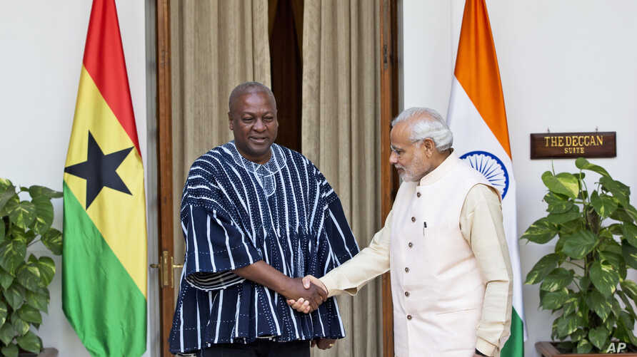 President of Ghana John Dramani Mahama (l) shakes hands with Indian Prime Minister Narendra Modi, before a bilateral meeting on the sidelines of the India Africa Forum Summit, in New Delhi, India, Oct. 28, 2015.