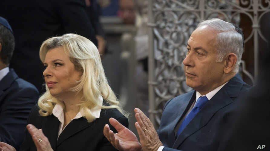Israeli Prime Minister Benjamin Netanyahu, right, and his wife Sara Netanyahu applaud during their visit to a synagogue in Vilnius, Lithuania, Aug. 26, 2018.