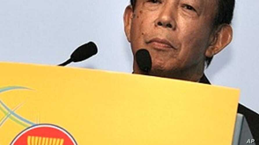 Musa Hitam delivers lecture at ASEAN Business and Investment Summit (file photo)