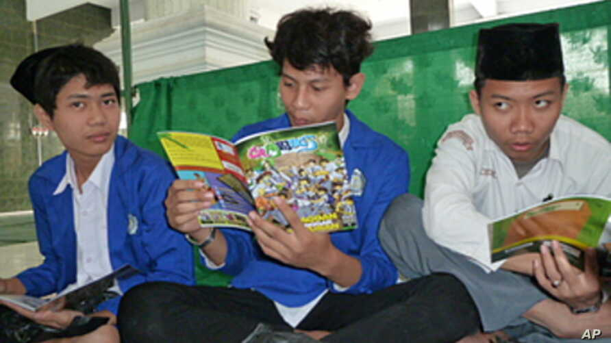 Students at Ash-Shidiqiyah Islamic boarding reading comics about Muslims teenagers dealing with stereotypes and ethical dilemmas.