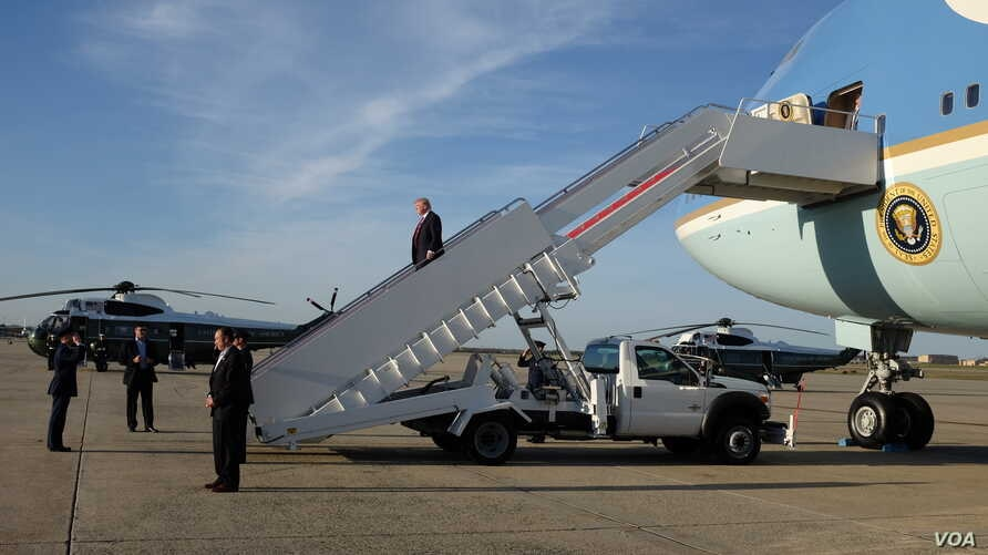 President Donald Trump disembarking from Air Force One at Joint Base Andrews, Maryland, April 10, 2017. (Photo: S. Herman / VOA)