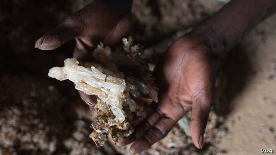 A man holds a chunk of prized maydi, the most expensive frankincense resin, in Mader Moge, Somaliland, Aug. 4, 2016. (J.Patinkin/VOA)