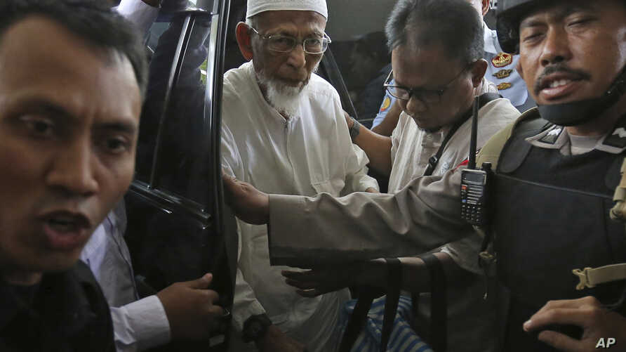 Ailing radical cleric Abu Bakar Bashir, center, arrives for medical treatment at Cipto Mangunkusumo Hospital in Jakarta, Indonesia, March 1, 2018. Bashir, who was the spiritual leader of the Bali bombers and the force behind a jihadist training camp