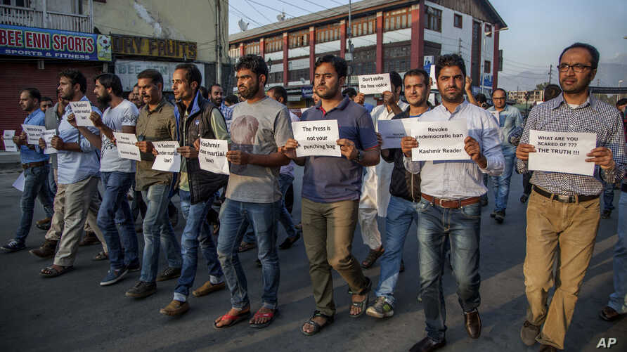 India Kashmir Newspaper Banned: Kashmiri journalists hold placards and march during a protest in Srinagar, Indian controlled Kashmir, Tuesday, Oct. 4, 2016.