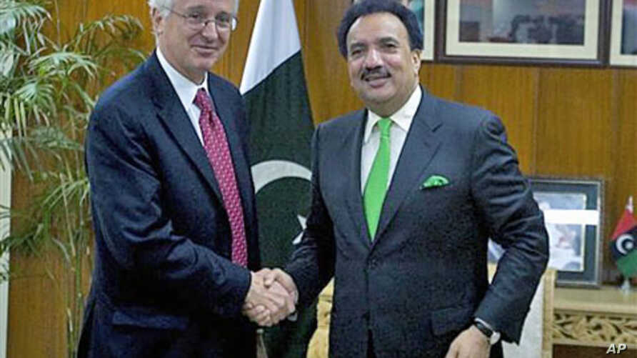 Newly appointed US ambassador to Pakistan Cameron Munter, left, shakes hand with Pakistani Interior Minister Rehman Malik prior to their meeting in Islamabad, Pakistan, Oct. 27, 2010 (file photo)