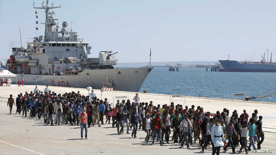 Migrants are disembarked from the Italian navy ship Vega in the Sicilian harbour of Augusta, southern Italy, May 4, 2015. REUTERS/Antonio Parrinello      TPX IMAGES OF THE DAY