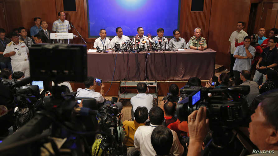 Malaysia's Transport Minister Hishamuddin Hussein (C) speaks at a news conference at a hotel near Kuala Lumpur International Airport in Sepang March 9, 2014.