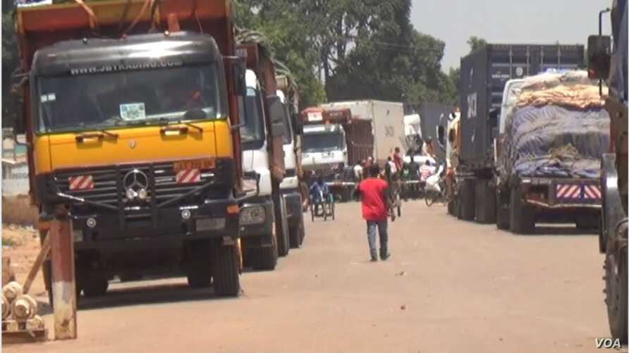 Trucks carrying goods for  Central African Republic are blocked across the border in Garoua Boulay, Cameroon, because rebels protesting the makeup of the new CAR cabinet have cut off the road to the capital, Bangui, March 19, 2019. (M.E. Kindzeka/VOA