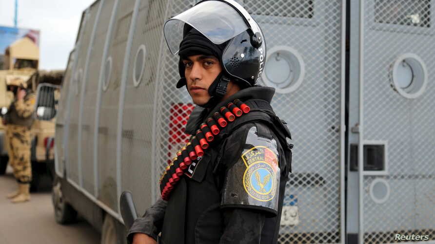 Security forces stand guard in Alexandria during the fifth anniversary of the uprising that ended the 30-year reign of Hosni Mubarak, Egypt, January 25, 2016.  REUTERS/Asmaa Waguih