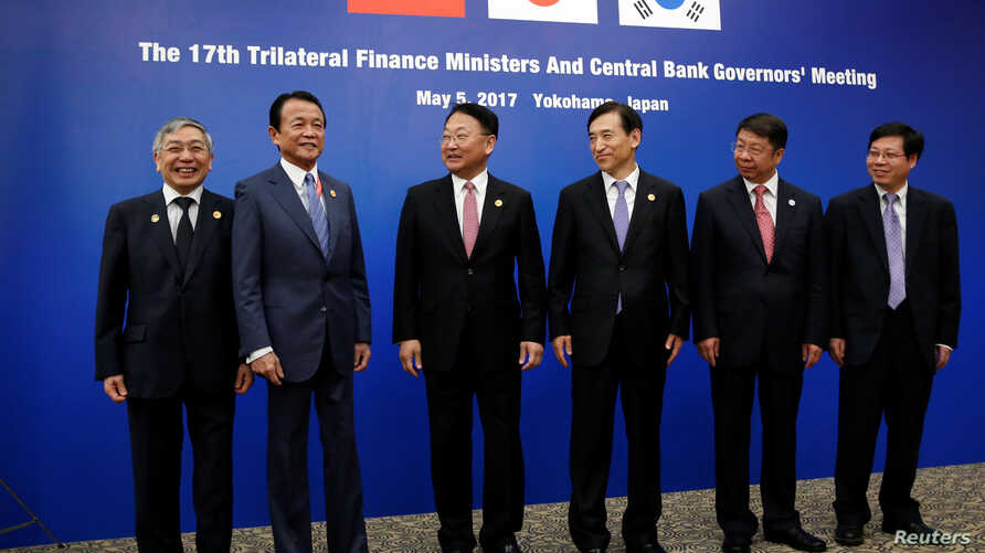 (L-R) Bank of Japan Governor Haruhiko Kuroda,  Japanese Finance Minister Taro Aso, South Korean Finance Minister Yoo Il-ho, Bank of Korea Governor Lee Ju-yeol, Chinese Vice Minister of Finance Yaobin Shi gather before a trilateral meeting on the side