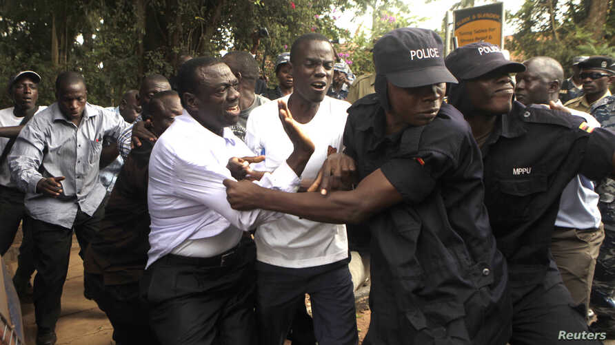 Ugandan policemen arrest opposition leader Kizza Besigye (front L) ahead of a rally to demonstrate against corruption and economic hardships in Uganda's capital Kampala, Jan. 19, 2012.