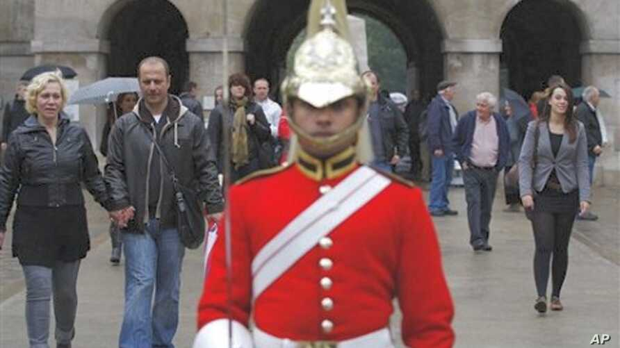 Tourists visit the Horse Guards Parade in London, 3 Oct. 2010.