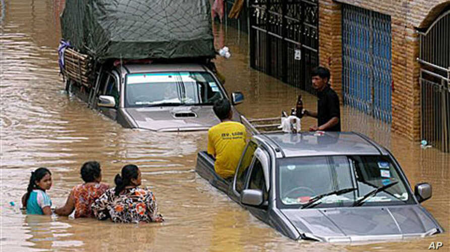 Residents wade through flood waters in down town Hat Yai of Songkhla province, southern Thailand (2010 File)