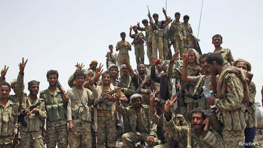 Members of the Republican Guards Force gather for a group picture at the frontline of fighting against al Qaeda-linked militants in the southern Yemeni province of Abyan, June 10, 2012.