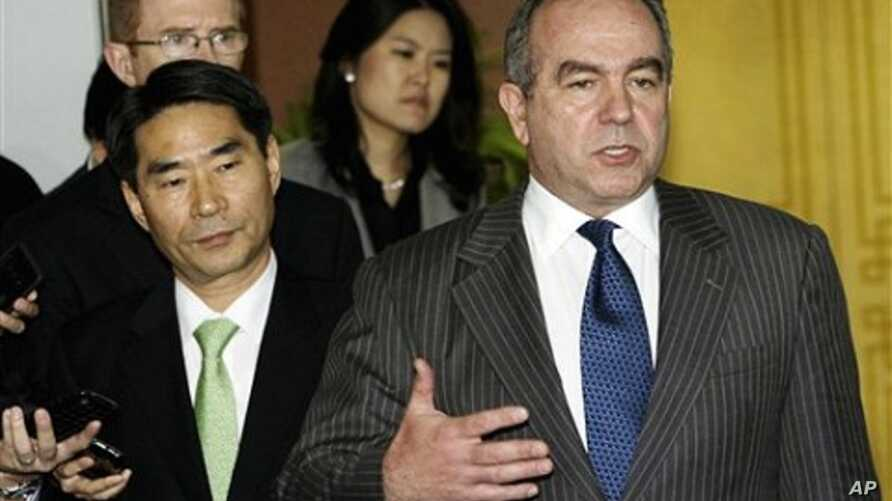US Assistant Secretary of State for East Asian and Pacific Affairs Kurt Campbell, right, speaks to the media after meeting with South Korean Deputy Foreign Minister Kim Jae-shin, left,  in Seoul, 7 Oct. 2010.