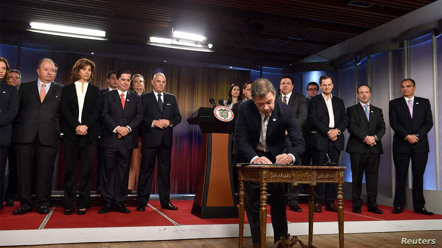 Colombia's President Juan Manuel Santos signs plebiscite decree at the Narino palace in Bogota, Colombia, Aug. 30, 2016.
