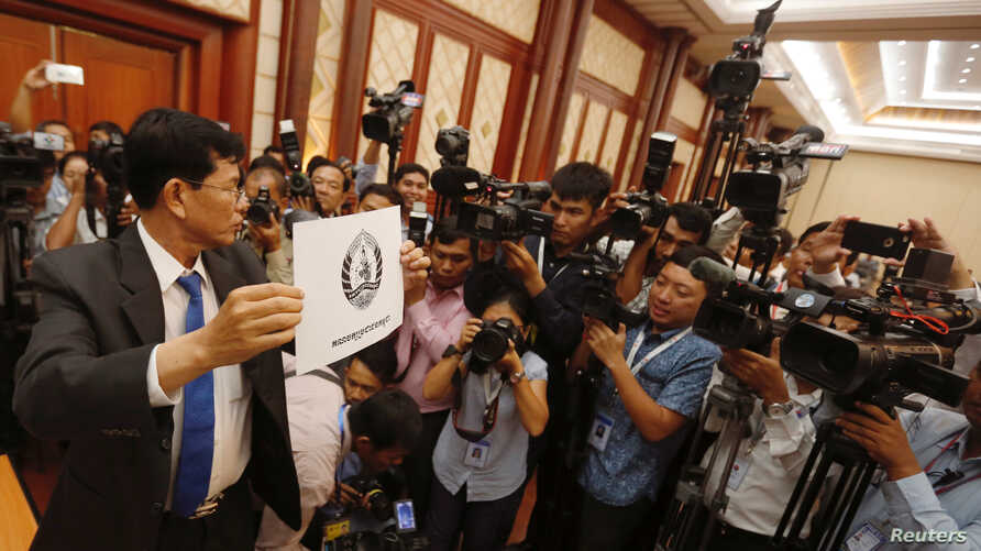 National Election Committee officer shows the logo of the ruling Cambodian People's Party (CPP) during a drawing lots to determine the order of political party on ballot papers for July election, in Phnom Penh, Cambodia, May 29, 2018.