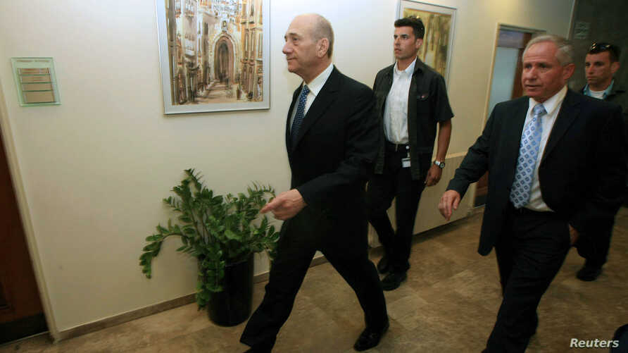Israel's Prime Minister Ehud Olmert (L) and Minister of Internal Security Avi Dichter (R) arrive for a Cabinet meeting in Jerusalem, July 15, 2007. Dichter has been appointed Israel's new defense minister by current prime minister Benjamin Netanyahu.