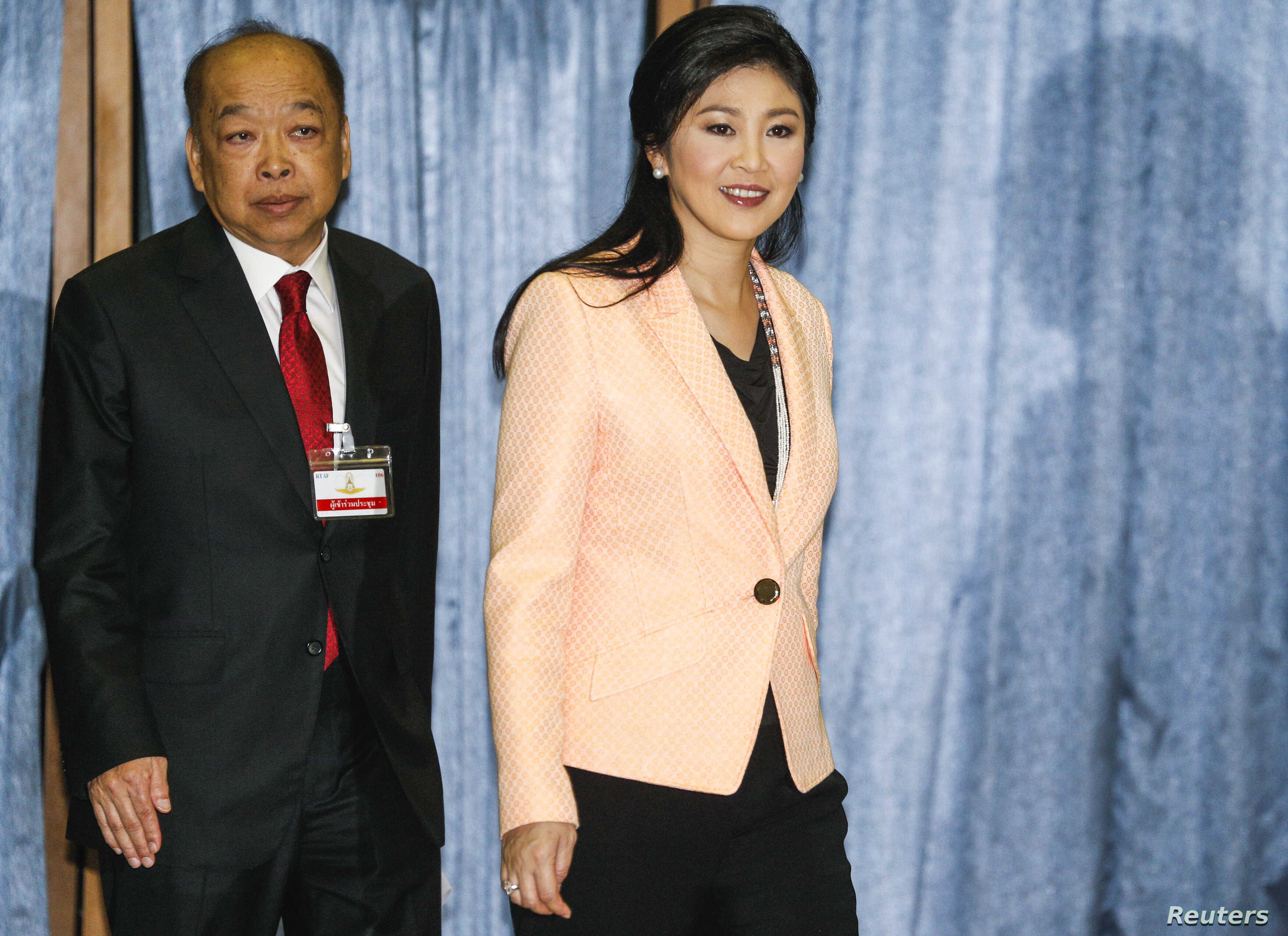 Thailand's Prime Minister Yingluck Shinawatra (R) and Deputy Prime Minister Surapong Tovichakchaikul arrive before a meeting with the Election Commission at the Royal Thai Air Force Academy in Bangkok, Apr. 30, 2014.