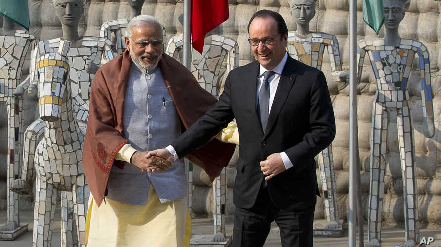 Indian Prime Minister Narendra Modi, left and French President Francois Hollande pose for the media at the Rock Garden in Chandigarh, India, Jan. 24, 2016.