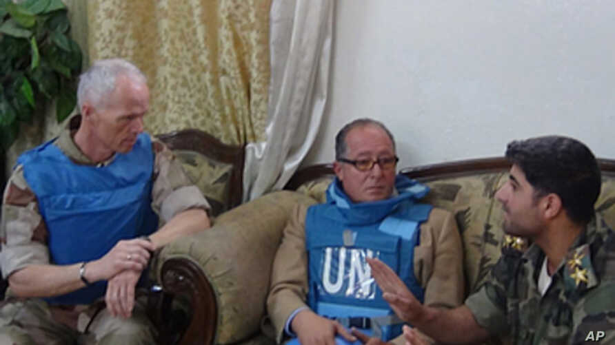 Leader of the UN Supervision Mission to Syria (UNSMIS) Norwegian Major-General Robert Mood and another member of the group meet with a member of the Free Syrian Army in Marat al-Numan near the northern Syrian province of Idlib May 4, 2012.