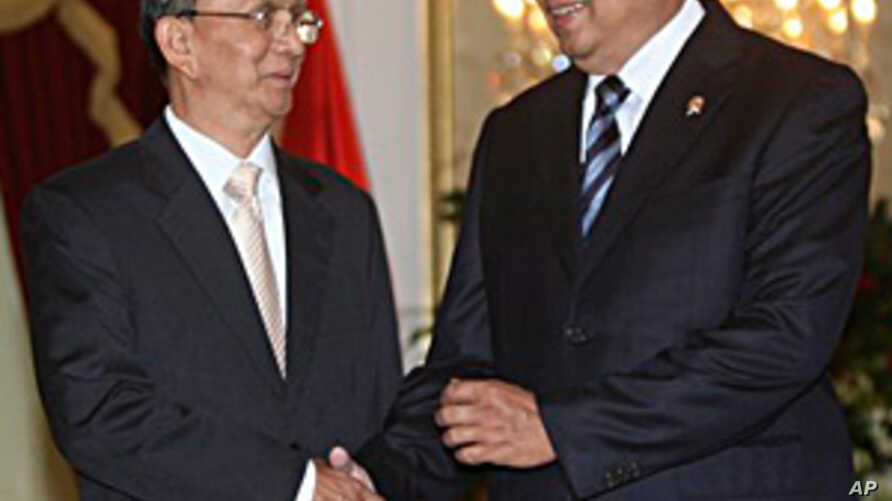 Myanmar's President Thein Sein, left, is greeted by his Indonesian counterpart Susilo Bambang Yudhoyono prior to their meeting at Merdeka Palace in Jakarta, Indonesia, May 5, 2011
