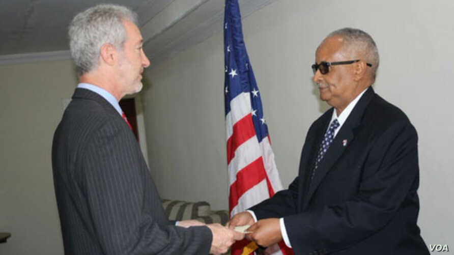 US Ambassador Stephen Schwartz presents his credentials to the Somali Minister of Foreign Affairs, August 9, 2016.